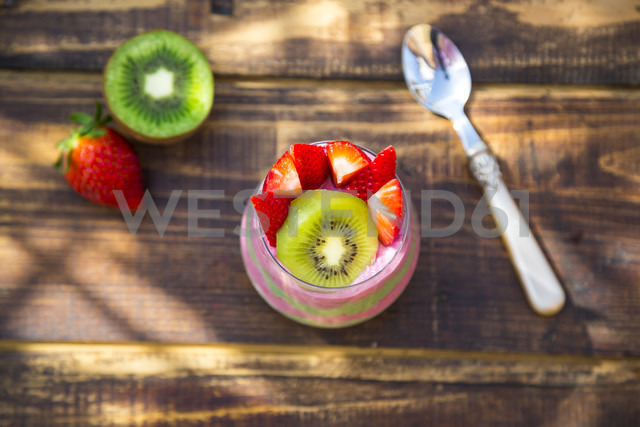 Glass of chia pudding with kiwi and strawberries - SARF002666