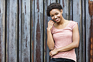 Portrait of smiling young woman - GDF000982