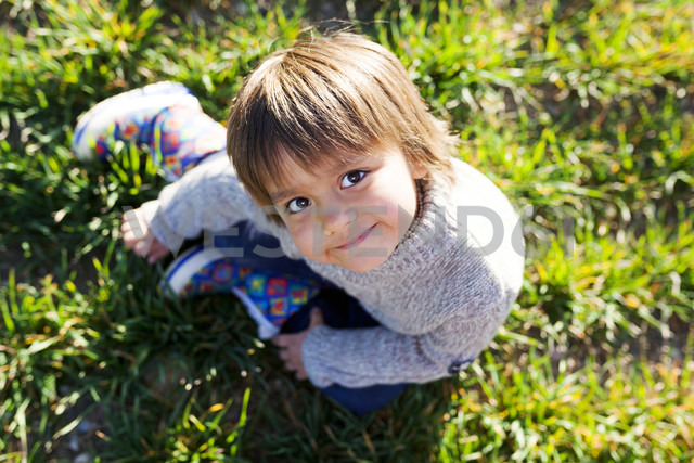Portrait of smiling boy sitting in meadow - VABF000412 - Valentina Barreto/Westend61