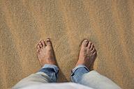 UAE, Rub' al Khali, man's feet in the desert sand - MAUF000393