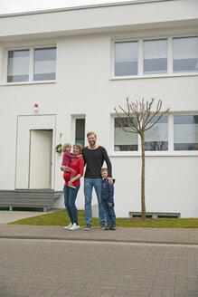 Portrait of happy family with pregnant mother in front of house - RHF001375