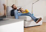 Father and daughter relaxing at home - RHF001390