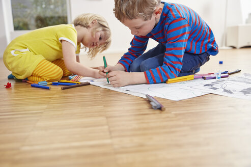 Brother and sister painting on floor - RHF001441