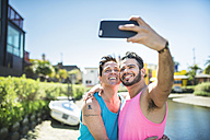 Los Angeles, Venice, happy gay couple taking selfie with smartphone - LEF000058