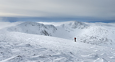 United Kingdom, Scotland, Cairngorms, Coire an t-Sneachda, ski tourer - ALRF000367