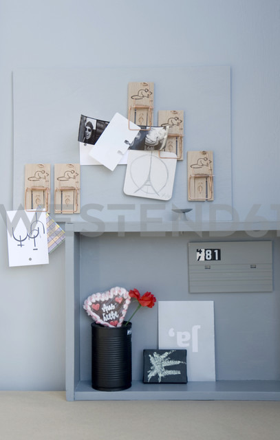 DIY pinboard with mousetraps - GISF000207