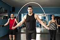 Young people skipping rope in fitness room - JASF000615