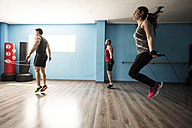 Young people skipping rope in fitness room - JASF000648