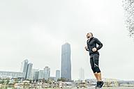 Austria, Vienna, jogger training on Danube Island in front of Donau City - AIF000320