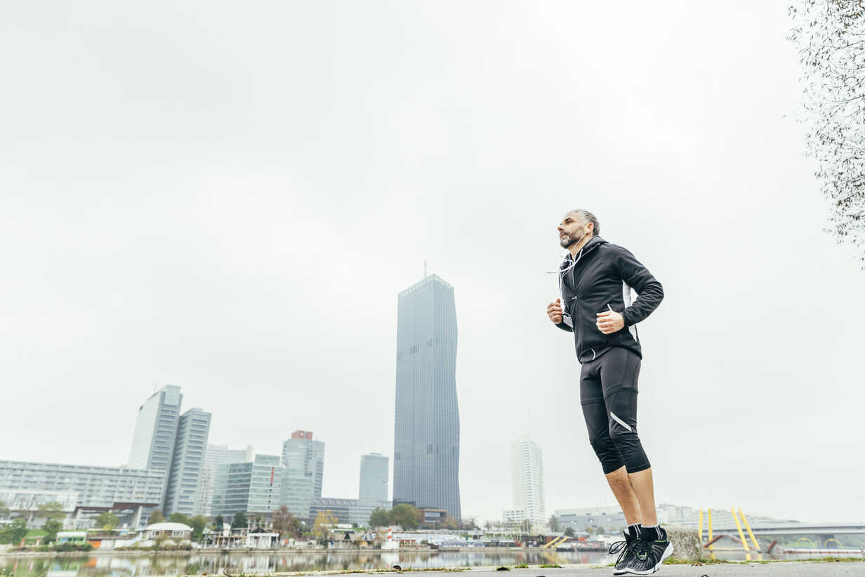 Austria, Vienna, jogger training on Danube Island in front of Donau City - AIF000320 - AustrianImages/Westend61