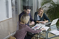 Business people having team meeting in office - RBF004284