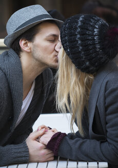 Kissing couple holding hands - LFOF000216