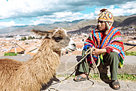 Peru, Cusco, Indian boy wearing traditional costume - GEM000851