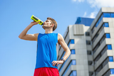 Young sporty man with water bottle and smartwatch - DIGF000264