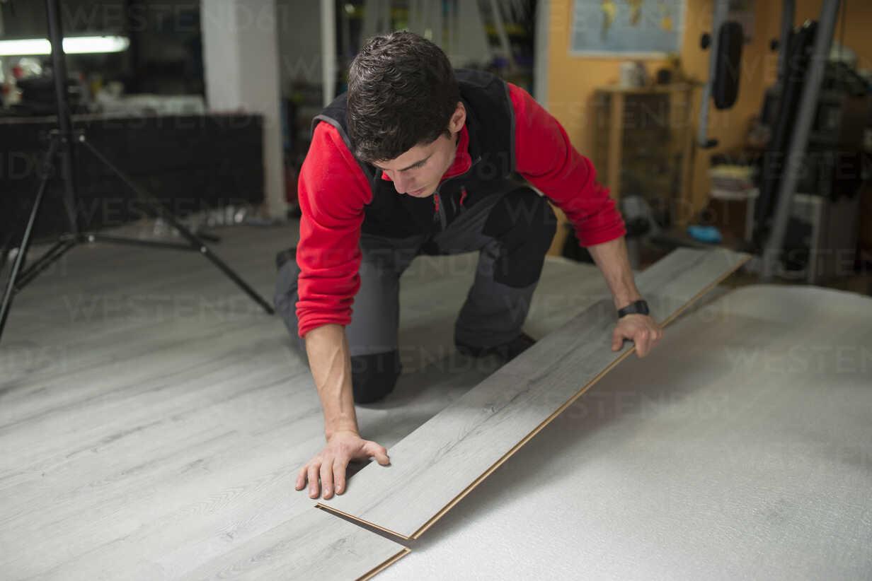 Young man placing a laminate floor - RAEF001057 - Ramon Espelt/Westend61