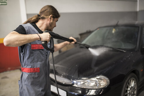 Mechanic cleaning car with pressurized water - JASF000655