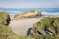 Spain, Ribadeo, Playa de Las Catedrales, Sunny morning at beach - EPF000077