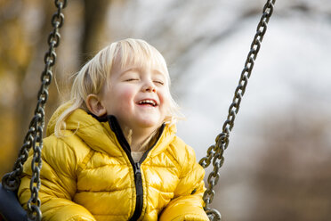 Boy on swing, eyes closed - ZOCF000041