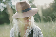 Girl with hat in summer - ANHF000019