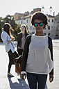 Young woman with sunglasses in the city with her friends - MAUF000472