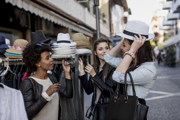 Young women shopping for clothes in the city - MAUF000475