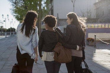 Three young women walking in the city, rear view - MAUF000481