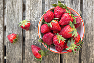 Bowl of strawberries on wood - SARF002703
