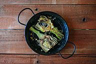 Grilled artichokes served in pan - KIJF000364