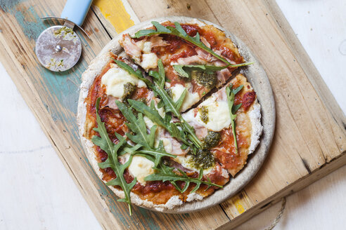 Homemade glutenfree pizza with mozzarella, rocket pesto and fresh rocket - SBDF002788