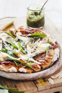 Homemade glutenfree pizza with mozzarella, rocket pesto, parmesan and fresh rocket - SBDF002791
