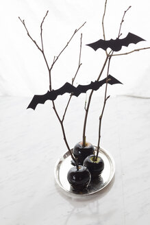 Black candied apples with Halloween decoration - SBDF002812