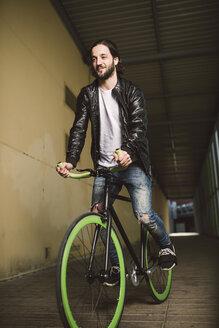 Young man riding fixie bike - RAEF001115