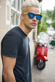 Portrait of young man wearing mirrored sunglasses - CHAF001666