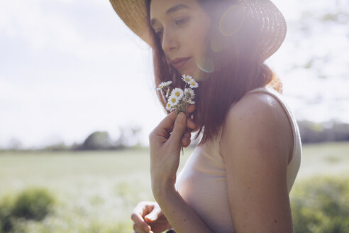 Young woman with daisies - GIOF000916