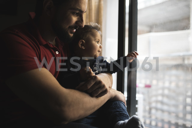 Happy father with his baby boy in front of the window - JASF000710 - Jaen Stock/Westend61