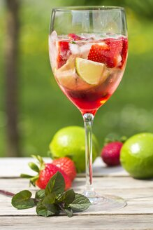Glasses with ice, strawberry, lime, grenadine and prosecco - YFF000539