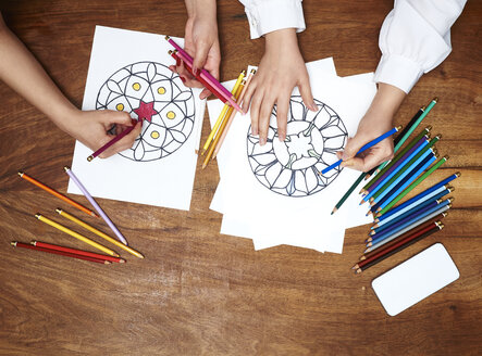 Hands drawing mandalas - DISF002478