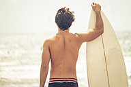 Back view of young man with surfboard - SIPF000404