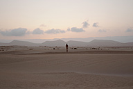 Rear view of nude man standing in Parque Natural de Corralejo - WV000769