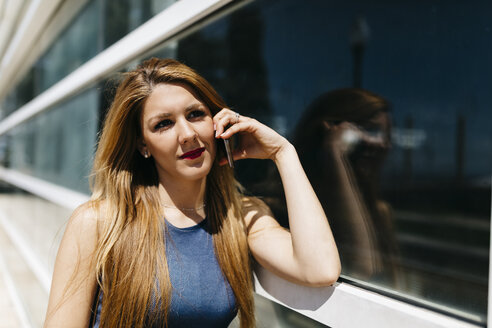 Portrait of woman telephoning with smartphone - JRFF000603