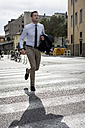 Businessman outdoors in a hurry - MAUF000529