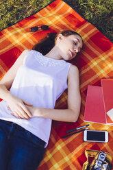 Woman sleeping at the park - GIOF000956