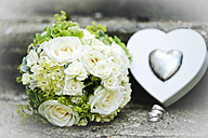 White bridal bouquet, wedding rings and heart can - MAEF011554