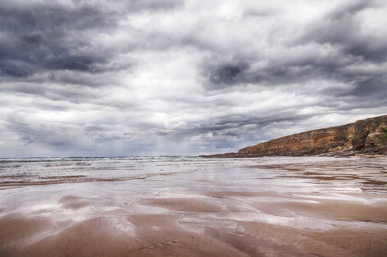 Spain, Santander, Playa Galizano, beach in a cloudy day - ERLF000169 - Enrique Ramos/Westend61