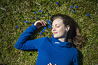 Relaxed woman lying in grass - DIGF000486