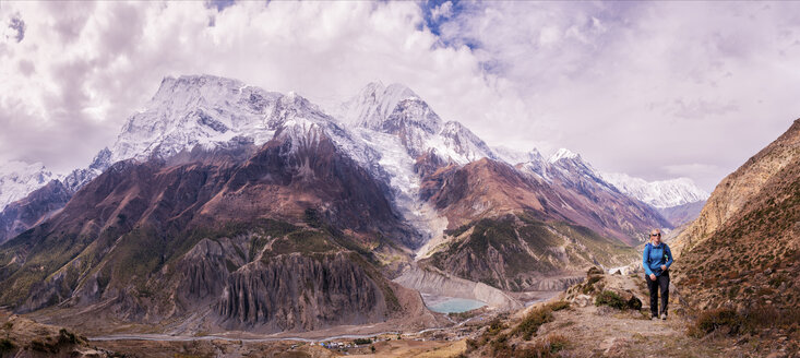 Nepal, Annapurna, Manang, female trekker, panoramic view - ALRF000404