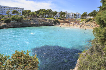 Spain, Mallorca, View to Cala Esmeralda, bay at Cala D'or - VT000518