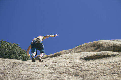 Man climbing without hands - ABZF000509