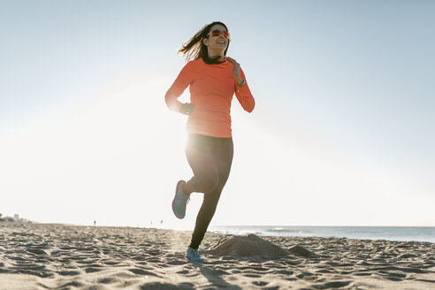 Woman jogging on the beach early in the morning - JRFF000677