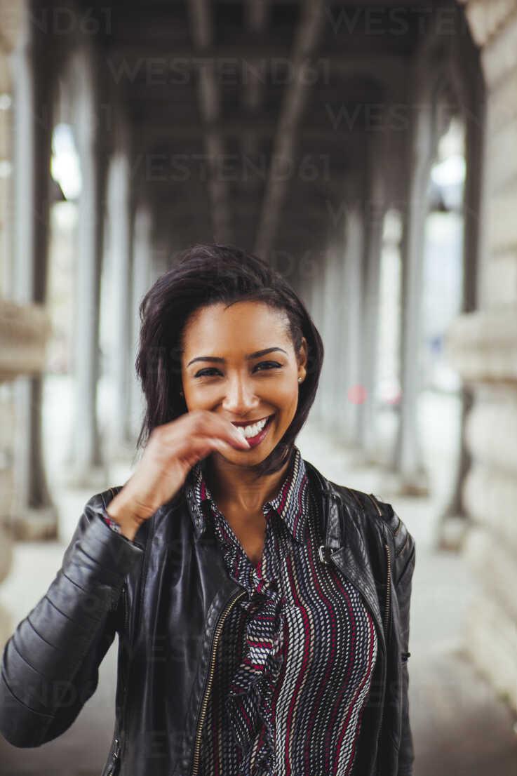 France, Paris, portrait of smiling young woman - ZEDF000131 - Zeljko Dangubic/Westend61